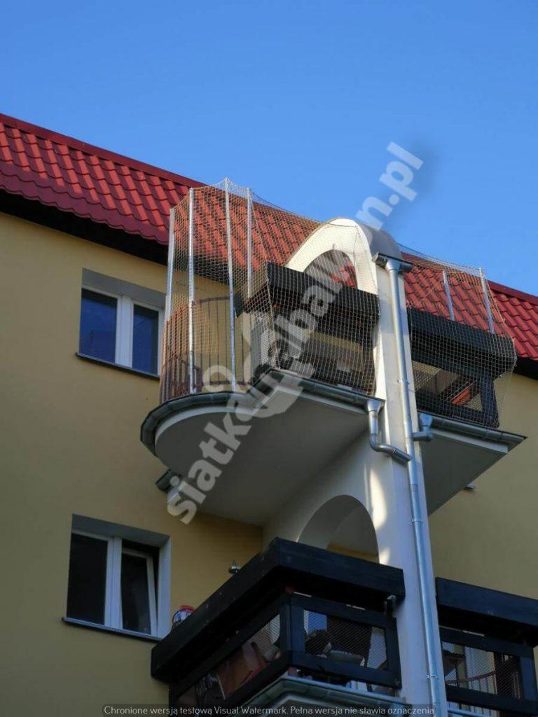 Zabezpiecz balkon siatką, ponieważ twój kot może z niego zeskoczyć